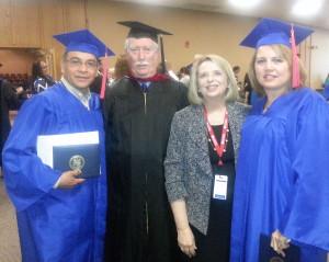 Pareja de pastores entre muchos graduados hispanos